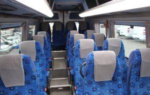 Fotele pasażerów w busie przystosowanym do przewozu osób niepełnosprawnych